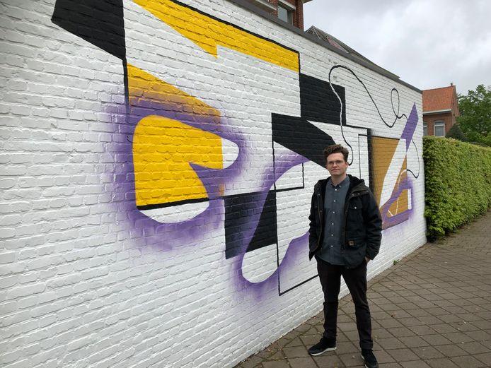 Tijs Van Nieuwenhuysen bij de muurschildering aan het Naenakkerpad