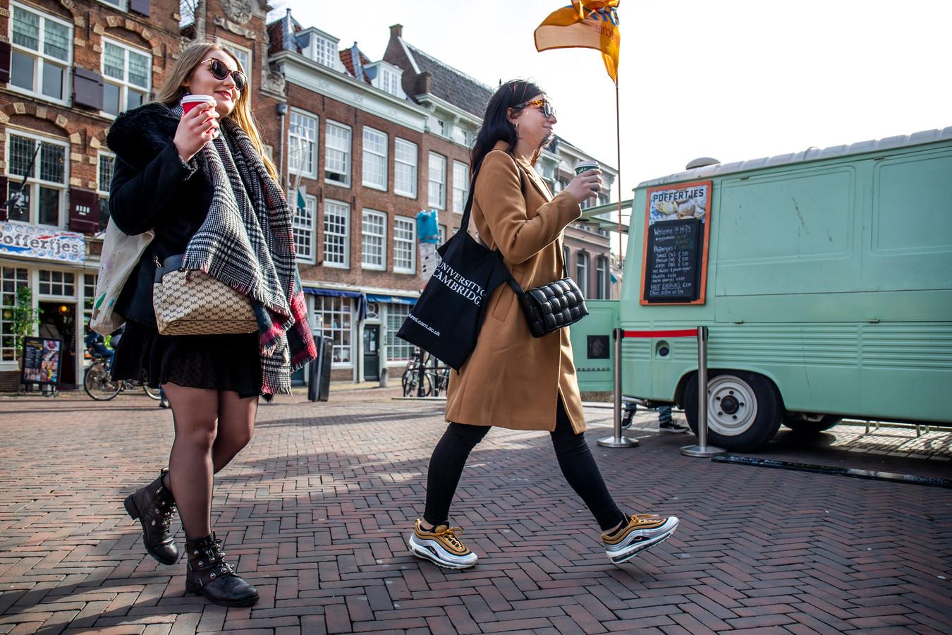 Agnieszka Cios en Flavia Peci (rechts) in het centrum van Utrecht.