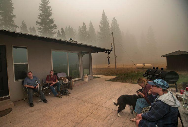 In Greenville, in het noorden van Californië, kan deze familie terecht in een huis van vrienden dat niet afbrandde tijdens de 'Dixie Fire'. Beeld Photo News