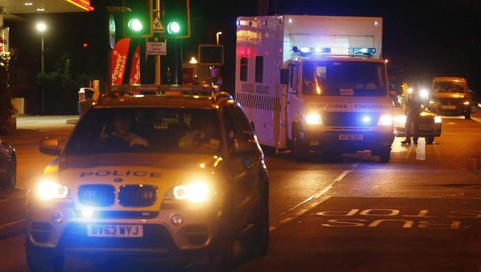 De man wordt in een ambulance overgebracht naar een ziekenhuis.