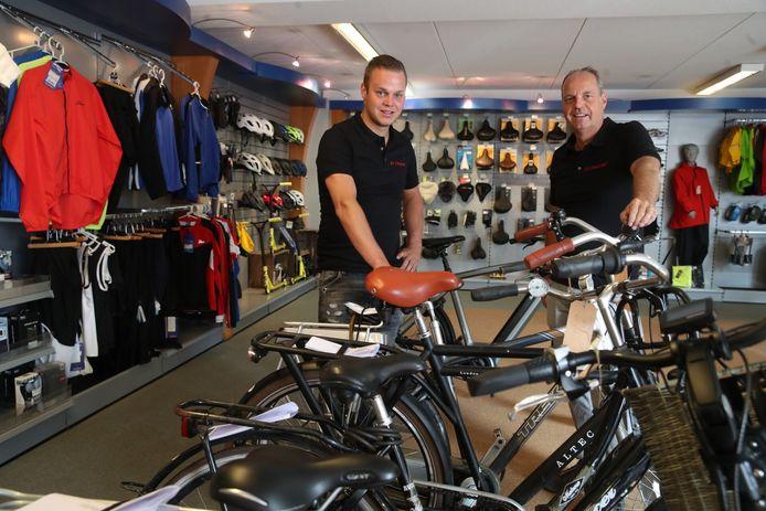 Joost (l) en Harm Schepers in de fietsenwinkel. Ze zijn niet van plan uit Lieshout weg te gaan, wat er ook gebeurt rond De Heuvel.