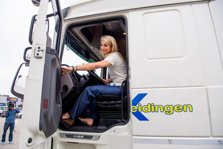 Koningin Máxima krijgt rijles in een vrachtwagen. Beeld Brunopress/Patrick van Emst