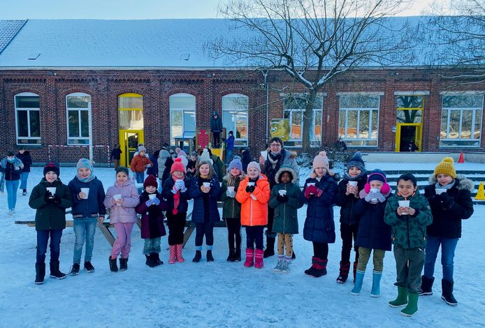 De leerlingen en leerkrachten van de Sint-Lutgardisbasisschool in Zandbergen kregen gratis soep van Be-Fresh Catering uit Denderleeuw op Dikketruiendag.