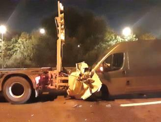 Bestuurder rijdt in op signalisatiewagen: schade aan voertuigen