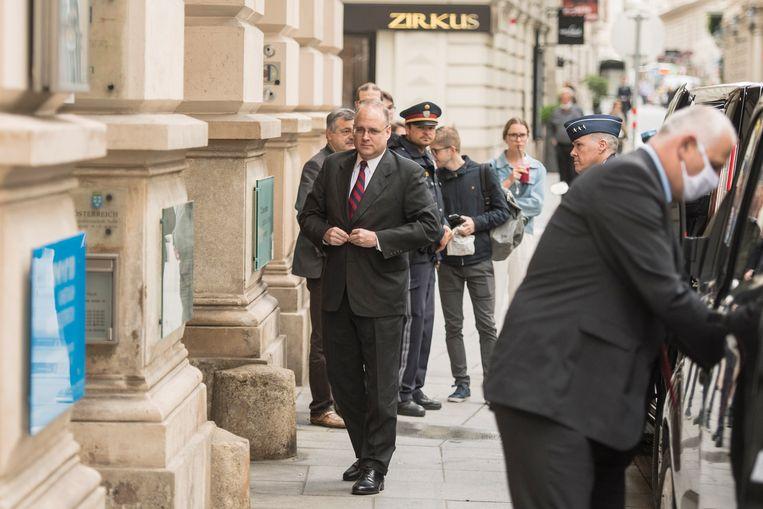 Marshall Billingslea onderweg naar de besprekingen met zijn Russische collega Sergej Rjabkov. Beeld EPA