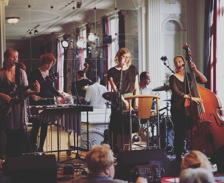 Zsa Zsa Zsu: zang: Annelies Emmerechts (30); contrabas & dwarsfluit: Ansje De Groef (39); gitaar: Marijke Hellemans (31) ; vibrafoon: Katja Maes (44) en Stef Vanstraelen (43)
