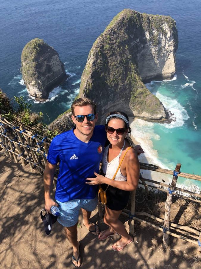 Jody (rechts) werkt met haar vriend Sander in het buitenland.