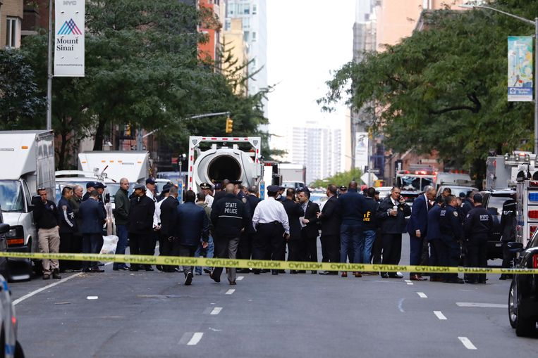 Politieagenten in de straat van het Time Warner gebouw in New York, waarin de redactie van nieuwszender CNN is gevestigd. Beeld EPA