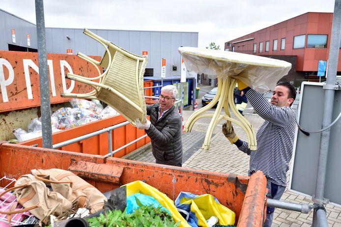 Foto Pim Mul 26082020 Bodegraven. Afvalbrengstation. Vader Krijn en zoon Cordi Blonk.