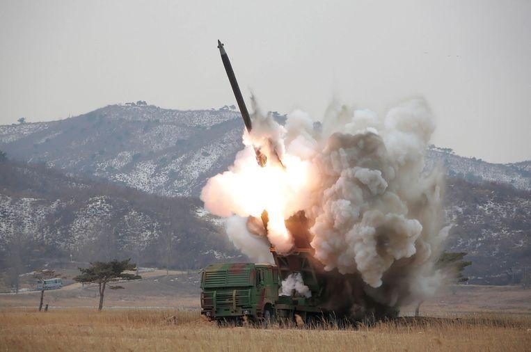 Een ongedateerde foto die is aangeleverd door het staatspersbureau van Noord-Korea van een rakettest. Beeld afp