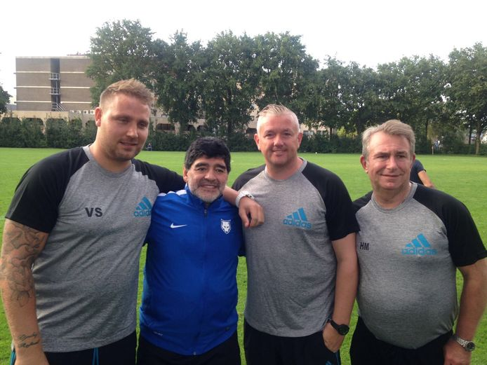 Voetballegende Maradona wordt in Mierlo geflankeerd door de Arnhemse trainer Vincent Selhorst (l), toenmalig SC Oranje-trainer Carel van der Velden en Hennie Muller (r).