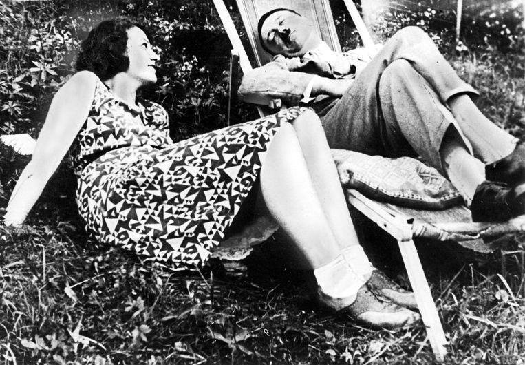 Er is een reeks naakttekeningen van de hand van Hitler bewaard, die een vrouw tonen die zeer veel gelijkenissen vertoont met Geli Raubal, de dochter van zijn halfzus Angela. (Foto: met Geli Raubal.) Beeld SZ Photo