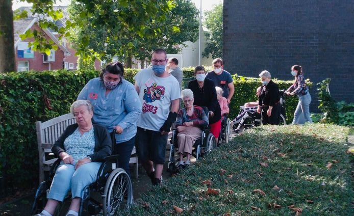 De cliënten van Nektari, het vroegere Flegado, kwamen woensdagmiddag een handje helpen in woonzorgcentrum Sint-Pieter in Puurs-Sint-Amands.