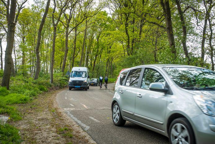Een van de scherpe bochten aan de Bovenweg in Doornspijk, waarover omwonenden aan de bel trokken bij de gemeente Elburg.