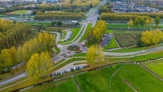 Een nieuwe 'lus' (rechts van de carpoolplaats) vanaf de A15 moet zorgen voor betere doorstroming naar de N3.