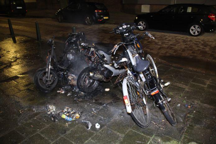 Het was vannacht wederom erg onrustig in Den Haag. Onder meer deze twee fietsen en scooter gingen verloren door brandstichting.