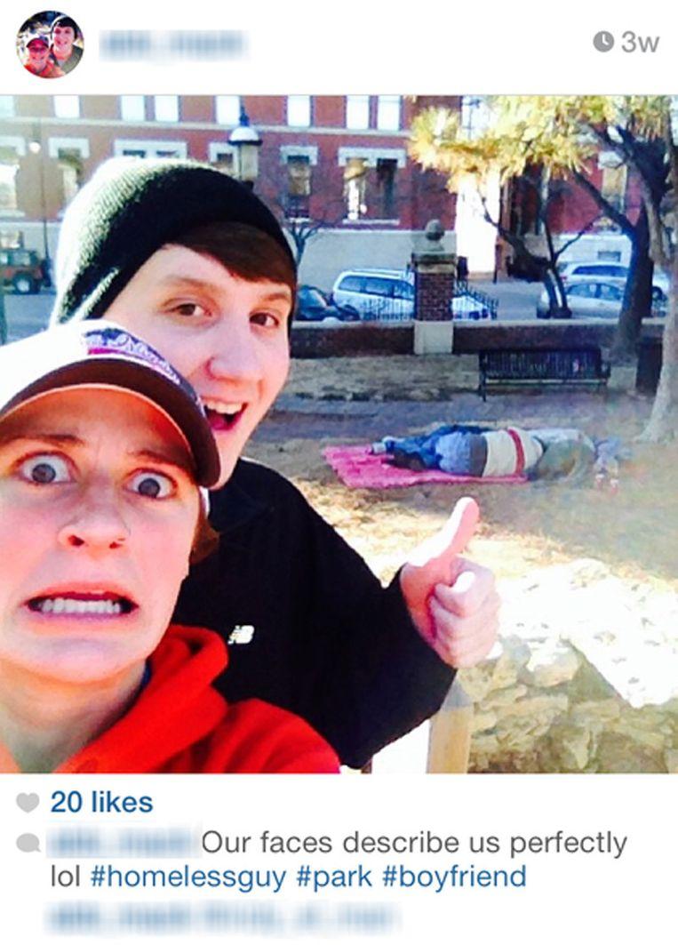 Twee jongeren op een selfie met een dakloze. Beeld Instagram