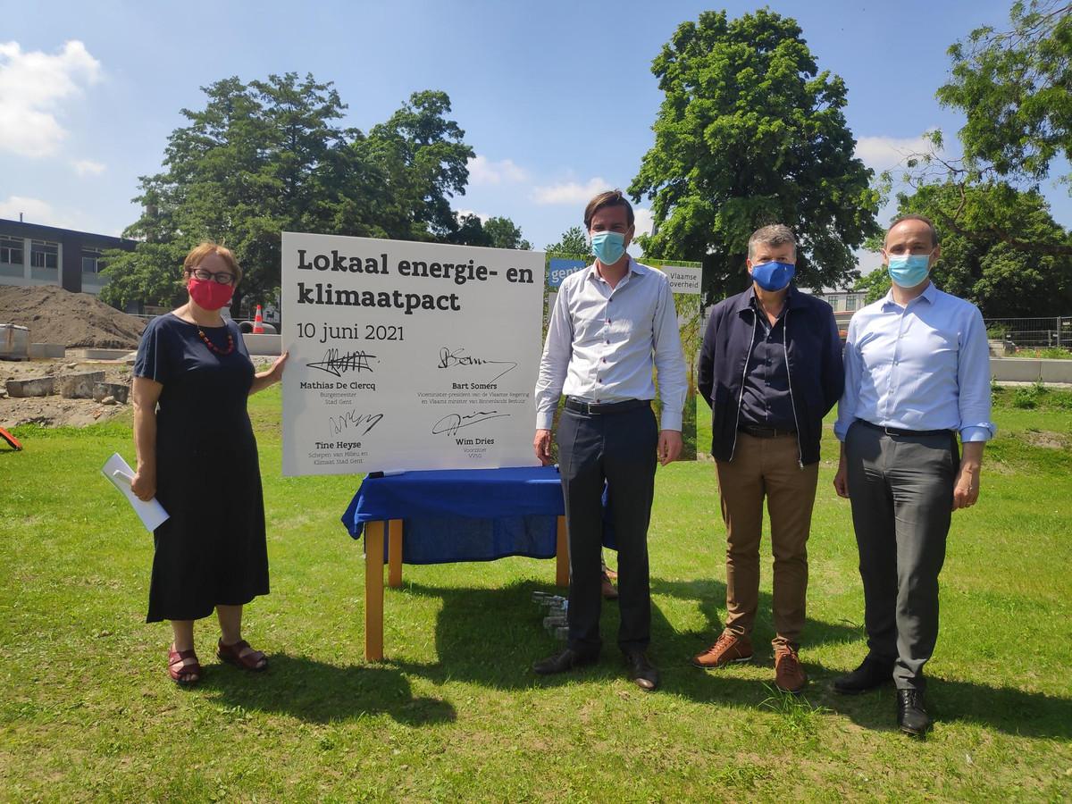 Vlnr.: schepen Tine Heyse, burgemeester Mathias De Clercq, Vlaams minister Bart Somers en Wim Dries (voorzitter VVSG) stelden samen het Lokaal Energie-  en Klimaatpact voor.