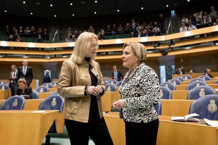 Madeleine van Toorenburg (CDA) en minister Ank Bijlenveld van Defensie tijdens het wekelijkse vragenuur in de Tweede Kamer.