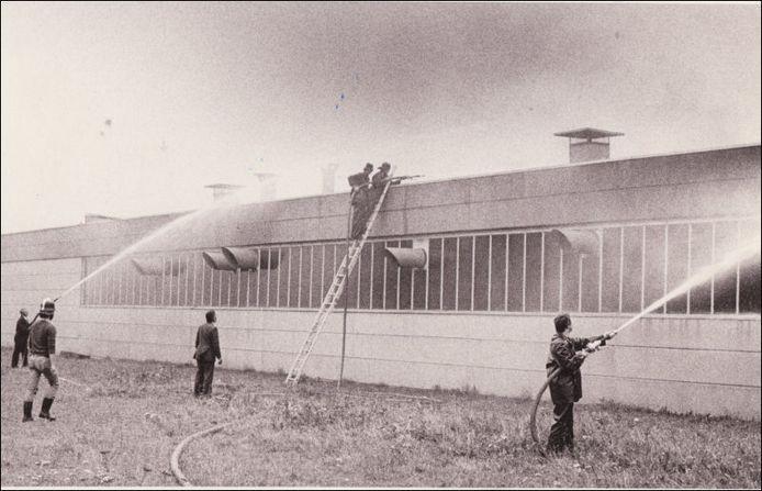 Meubelfabriek Exzoma kreeg diverse keren met brand te maken, zoals hier in september 1978. archieffoto Johan van Gurp