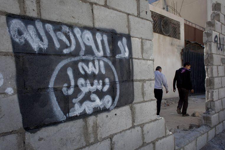 Graffiti in de Jordaanse stad Ma'an toont de vlag van IS. Lokale autoriteiten hebben de steunbetuiging voor de terreurgroep snel verwijderd. Beeld ap