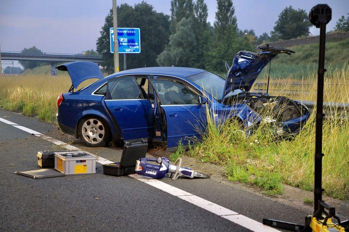 De ene auto klapte tegen de vangrail, de ander kwam in een sloot aan de andere kant van de weg terecht.