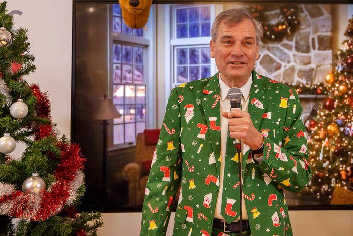 Topman Eric van Schagen zingt een couplet in tijdens de opname voor het kerstlied dat wordt uitgezonden tijdens de digitale kerstborrel van ict-bedrijf Simac  in Veldhoven.