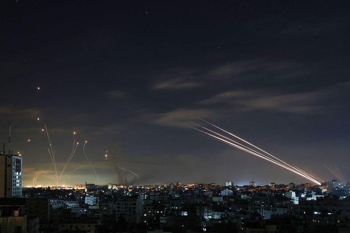 Het Israëlische luchtafweersysteem Iron Dome onderschept raketten die zaterdagnacht door Hamas vanuit de Gazastrook worden afgevuurd op Israël.