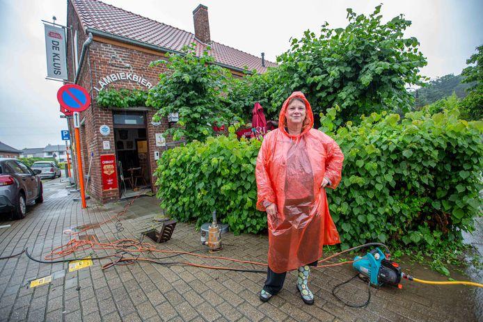 Sonja Bosmans, uitbaatster van De Kluis, kon het water maar net uit haar café houden.