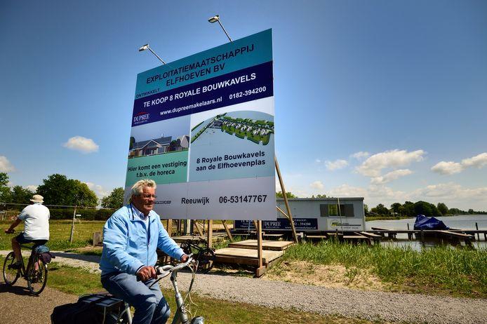 Een bord aan de Burgemeester Lucasselaan kondigt de bouw aan. Archieffoto.