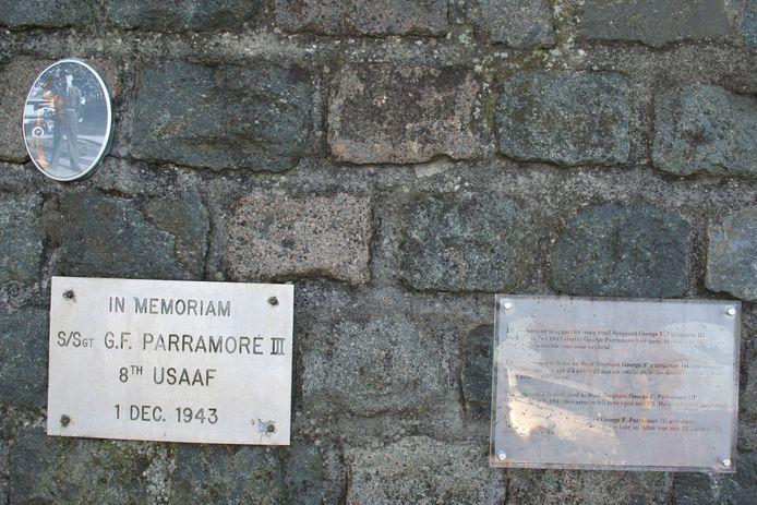 Nieuw aan het monument zijn een foto van G. Parramore en een plaatje met uitleg in vier talen.