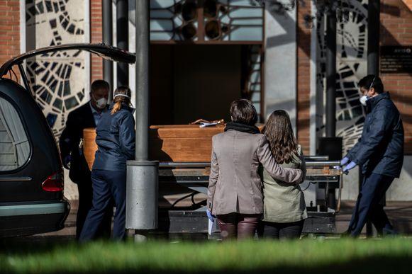 Sommige kisten worden naar het crematorium gebracht, zoals deze.