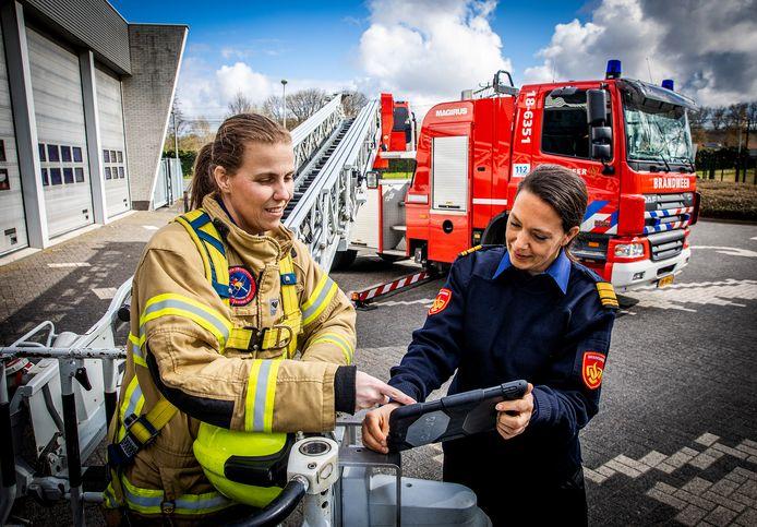 Ilse Kloot (links) is vrijwilliger bij de Zwijndrechtse brandweer. Caren Frentz is directeur van de Veiligheidsregio Zuid-Holland Zuid en commandant van de brandweer in de regio.