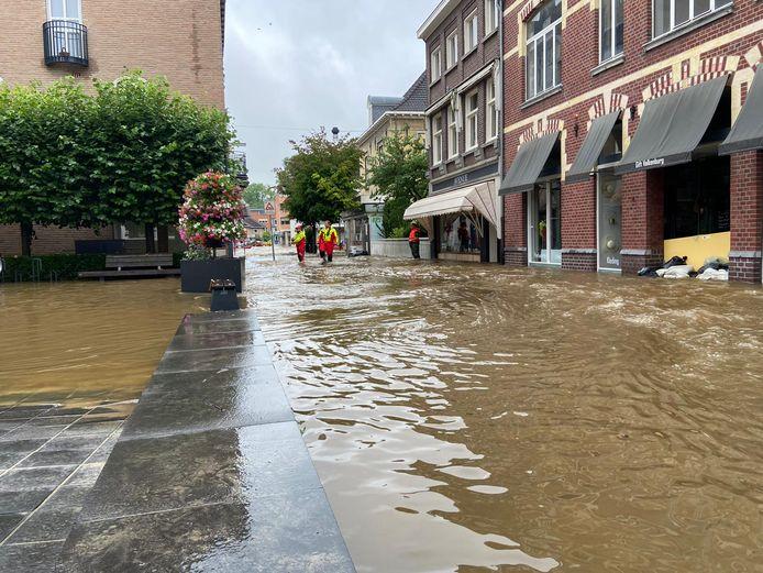 De Moerdijkse Reddingsbrigade Het Rooie Paerd in actie in de straten van Valkenburg.