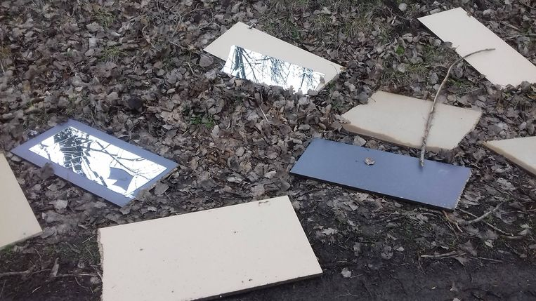 De kasten werden gedumpt langs de kant van de weg.