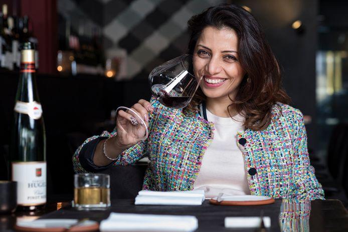 Onze sommelier Sepideh proeft en keurt tien luxe Bordeaux-wijnen.
