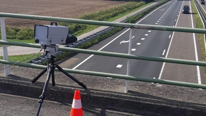 Met een slimme camera die op een viaduct geplaats wordt, controleert de politie automobilisten op handsfree bellen en gordelgebruik.