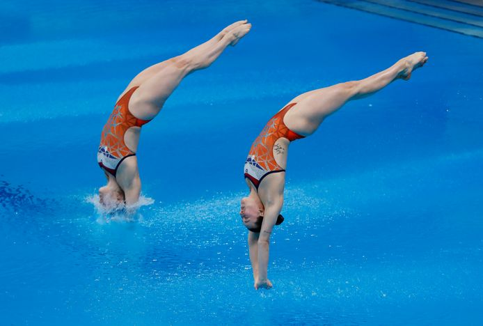 Inge Jansen en Celine van Duijn raken niet gelijktijdig het water.