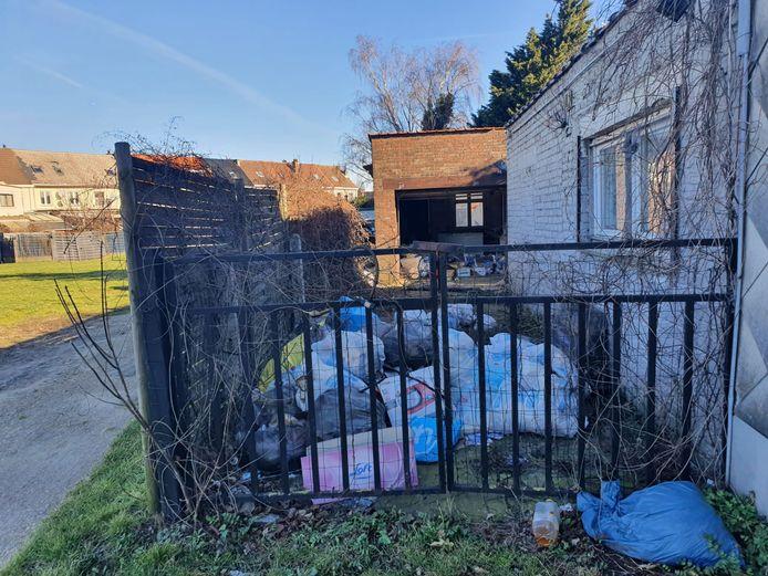 De tuinen van de leegstaande woningen in de Eugène Blaironstraat in Diegem-Lo liggen opnieuw vol afval.