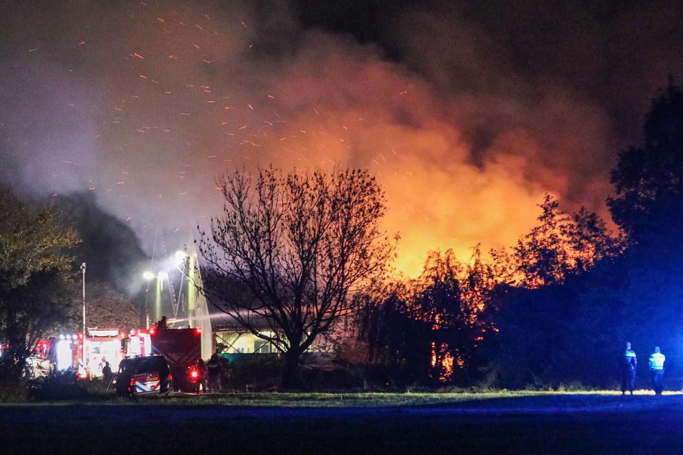 De vlammen van de stalbrand waren in de wijde omgeving te zien.