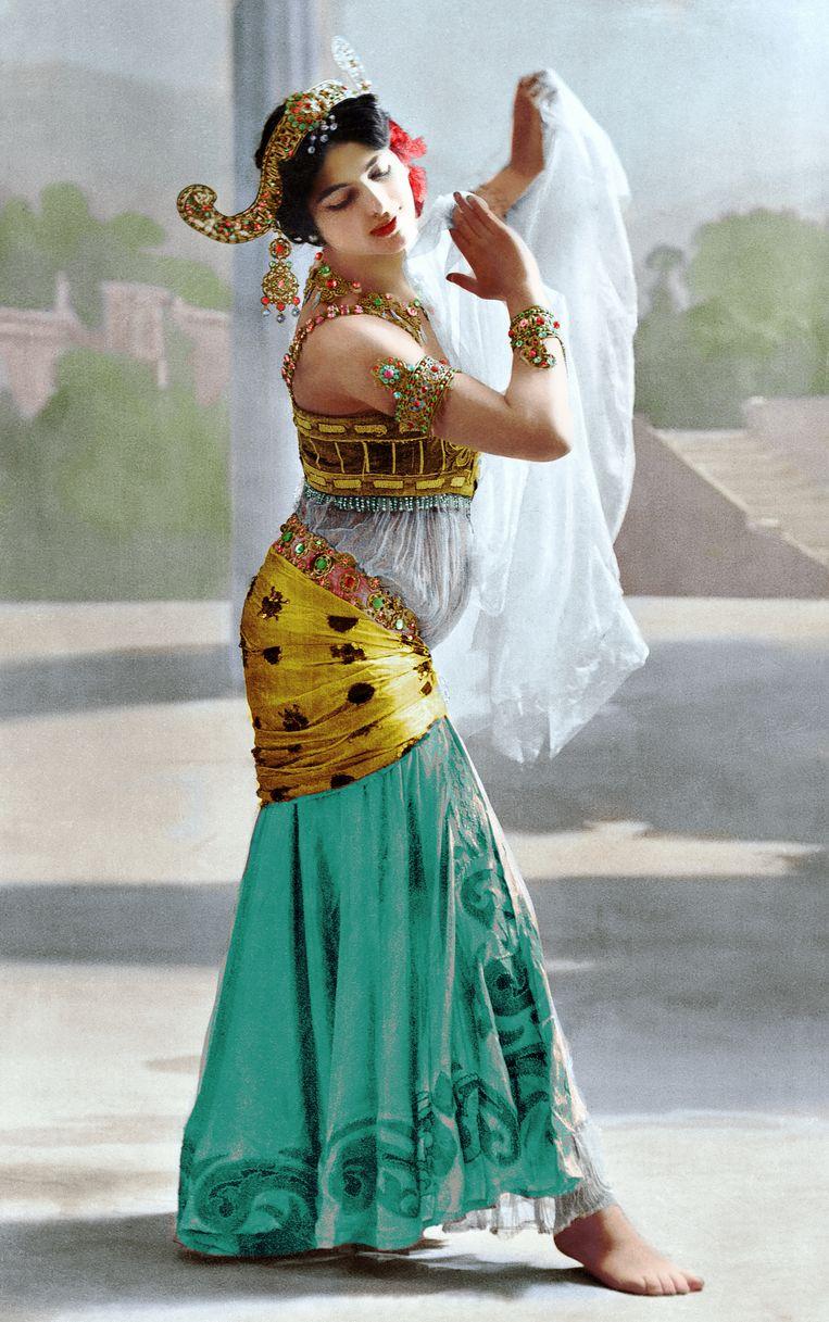 De van oorsprong Nederlandse 'exotische danseres' Mata Hari. In 1917 werd ze in Parijs ter dood veroordeeld wegens spionage. Beeld RV Foto uit De tijd in kleur, uitg. Omniboek.
