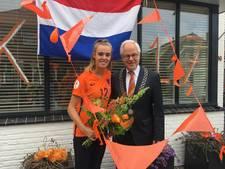 Burgemeester Schouten (Oldenzaal) feliciteert Jill Roord
