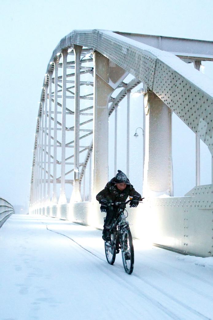 Op maandag 11 december fietst deze puber over de Wilhelminabrug bij Deventer. Deze foto werd na een verkiezing gekozen tot mooiste foto van het jaar 2017.
