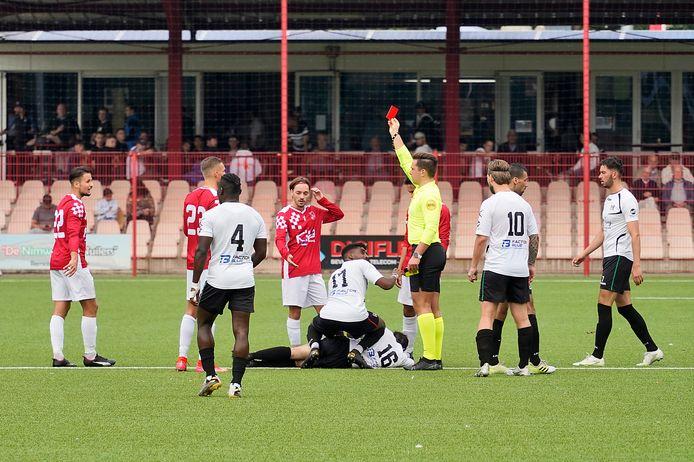 Alverna- NEC. Een speler van Alverna krijgt rood.
