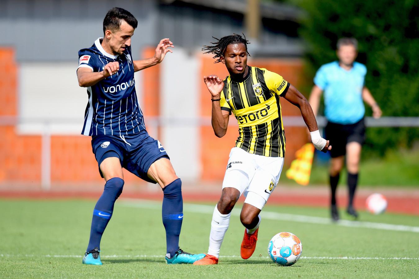 Vitesse-speler Yann Gbhoho (rechts) in duel met Saulo Decarli van VfL Bochum.