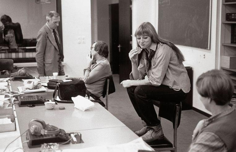 Een nog jonge (24), maar zichtbaar ontspannen Martine Tanghe tijdens de lunch op de redactie in 1980. Ze is dan al twee jaar nieuwslezeres bij de BRT. Beeld herman selleslags