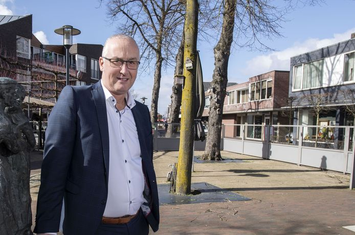 Richard Kortenhoeven, wethouder van Wierden in het centrum waar de terrassen al een tijd leeg zijn.