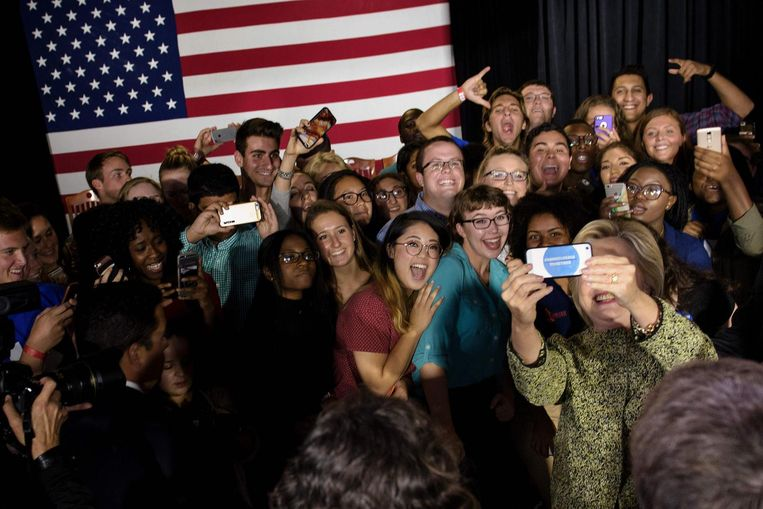 Clinton neemt een selfie na een bijeenkomst maandag in Philadelphia. Ze moet toezien hoe Trump deze dagen, mede door de peilingen, blaakt van zelfvertrouwen. Beeld AFP