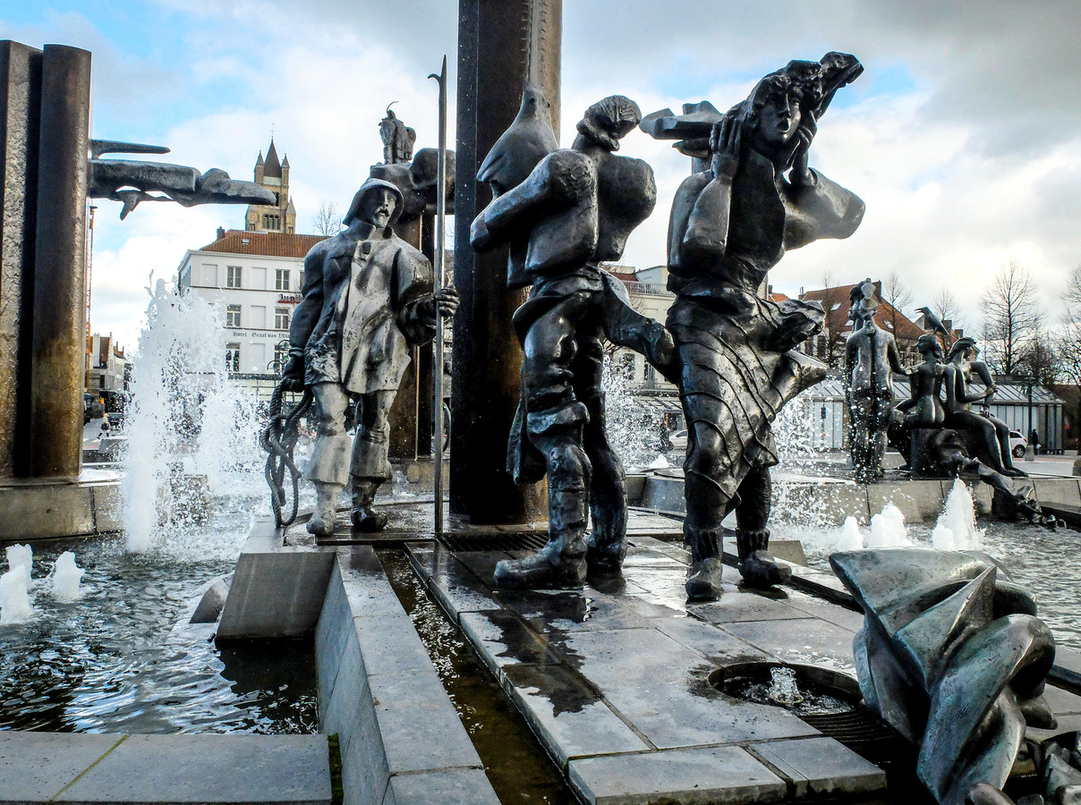 De beelden aan de fontein op 't Zand in Brugge.