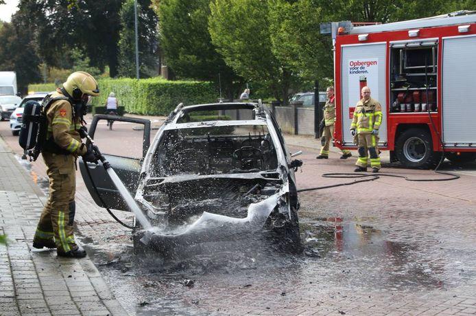 De auto van een vrouw brandde volledig uit net nadat ze haar auto op de Arnhemsestraat in Brummen had gestart.